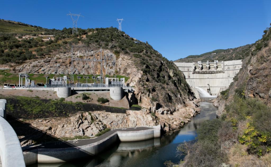 La imagen tiene un atributo ALT vacío; su nombre de archivo es BigMat-International-Architecture-Award-19-Grand-Prize-Power-Plant-for-the-FOZ-TUA-DAM-2018-Foz-do-Tua-Portugal-Souto-Moura-Arquitectos-S.A.-©Juan-Rodrig-1-1024x632.png