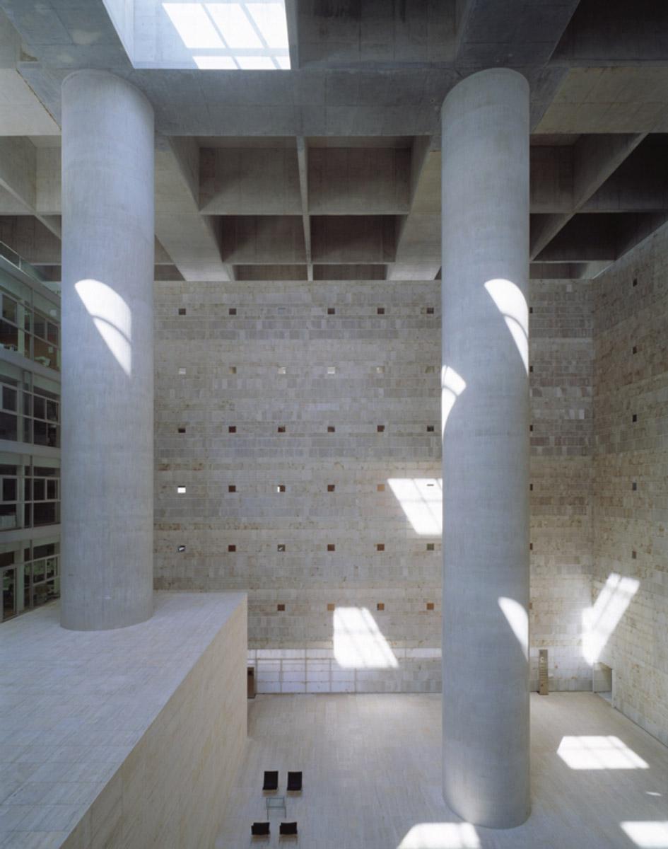 La imagen tiene un atributo ALT vacío; su nombre de archivo es Caja-Granada-2001-©-Roland-Halbe.jpg