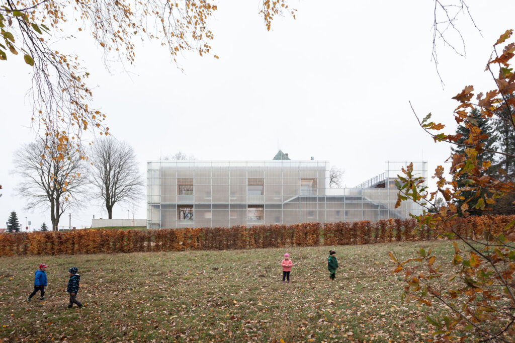 La imagen tiene un atributo ALT vacío; su nombre de archivo es Stolin_Architects_Kindergarden_-_photo_Alex_shoots_buildings_s2-14-1024x682.jpg