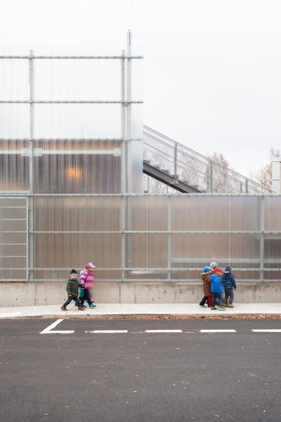La imagen tiene un atributo ALT vacío; su nombre de archivo es Stolin_Architects_Kindergarden_-_photo_Alex_shoots_buildings_s2-17.jpg